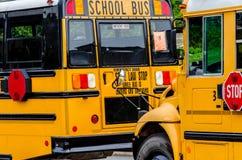 Schoolbus/Bussen in de stad stock afbeeldingen