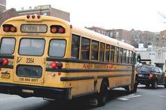 Schoolbus in de Stadsstraat van New York Stock Foto's