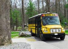 Schoolbus die op Jonge geitjes bij Rokerige Bergen Tennessee wachten Stock Afbeeldingen