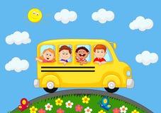 Schoolbus met Gelukkig Kinderenbeeldverhaal Royalty-vrije Stock Afbeeldingen