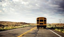 Schoolbus op de weg Royalty-vrije Stock Afbeeldingen