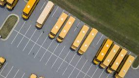 Schoolbussen op School worden geparkeerd die Stock Fotografie