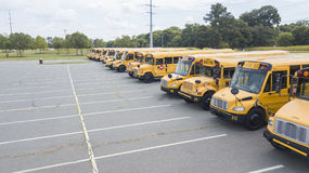 Schoolbussen op School worden geparkeerd die Stock Foto's