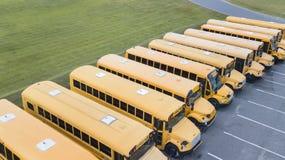 Schoolbussen op School worden geparkeerd die Royalty-vrije Stock Fotografie