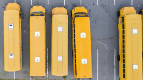 Schoolbussen op School worden geparkeerd die Royalty-vrije Stock Afbeeldingen