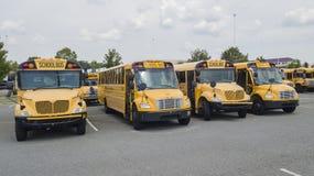 Schoolbussen op School worden geparkeerd die Royalty-vrije Stock Afbeelding