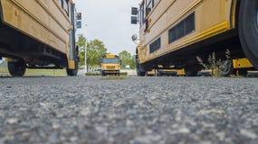 Schoolbussen op School worden geparkeerd die Royalty-vrije Stock Foto