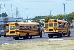 Schoolbussen in parkeerterrein stock foto