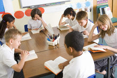 Schoolchildren reading books in class Royalty Free Stock Photos