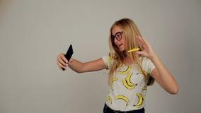 Schoolerflickan roterar spinnaren för selfie arkivfilmer