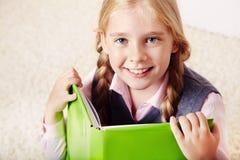 Schoolgirl med en bok arkivbild
