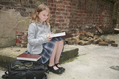 Schoolgirl reading outside Royalty Free Stock Photography