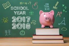 Schooljaar 2017-2018 met roze spaarvarken Royalty-vrije Stock Fotografie