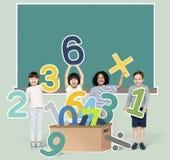 Schooljonge geitjes die wiskunde met aantallen leren stock afbeeldingen