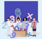 Schooljonge geitjes die wiskunde met aantallen leren royalty-vrije stock afbeelding