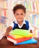 Schooljongen in bibliotheek stock fotografie