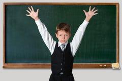 Schooljongen bij het bord Stock Fotografie