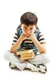 Schooljongen bored, door thuiswerk wordt gefrustreerd en wordt overweldigd te bestuderen dat Weinig jongenszitting neer op vloer Royalty-vrije Stock Foto