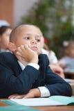 Schooljongen in concentratie stock afbeelding