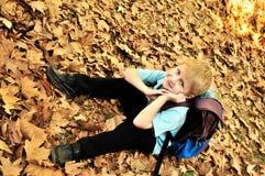 Schooljongen in dalingstijd Stock Fotografie