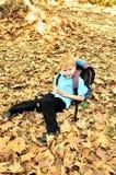 Schooljongen in dalingstijd Royalty-vrije Stock Foto's