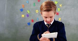 Schooljongen die Digitale Tablet in Klaslokaal gebruiken stock videobeelden