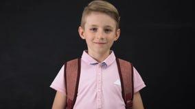 Schooljongen die die en sportwoord glimlachen tonen van houten kubussen, het actieve leven wordt gemaakt stock footage