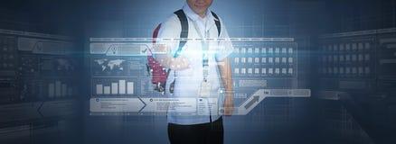 Schooljongen die het virtuele scherm met behulp van royalty-vrije stock foto's