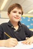 Schooljongen die in Klaslokaal bestudeert royalty-vrije stock foto's