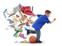 Schooljongen die laat met Levering op Wit lopen Stock Foto's