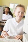 Schooljongen die voor een schoolcomputer bestudeert Royalty-vrije Stock Foto