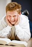 Schooljongen die zijn thuiswerk doet Royalty-vrije Stock Afbeeldingen