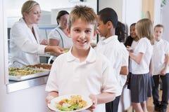 Schooljongen in een schoolcafetaria Royalty-vrije Stock Afbeeldingen