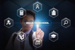 Schooljongen het raken terug naar schoolknoop die Virtueel het Schermhologram gebruiken Stock Afbeelding