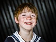 Schooljongen het stellen in zeemanskostuum met emoties Royalty-vrije Stock Foto