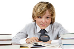 Schooljongen met boeken en vergrootglas Royalty-vrije Stock Fotografie
