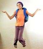 Schooljongen met en rugzak die springen lopen stock foto