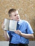 Schooljongen met het certificaat over voltooiing van onderwijs op school stock afbeeldingen