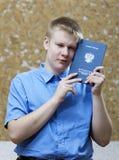 Schooljongen met het certificaat over voltooiing van onderwijs op school royalty-vrije stock foto