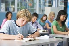Schooljongen in middelbare schoolklasse