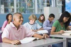 Schooljongen in middelbare schoolklasse Royalty-vrije Stock Foto