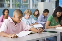 Schooljongen in middelbare schoolklasse Royalty-vrije Stock Afbeeldingen
