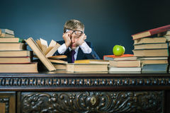 Schooljongen in spanning of depressie bij schoolklaslokaal Stock Afbeeldingen
