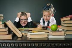 Schooljongen in spanning of depressie bij schoolklaslokaal, schoolmeisjehulp Stock Foto