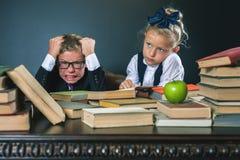 Schooljongen in spanning of depressie bij schoolklaslokaal, schoolmeisjehulp Royalty-vrije Stock Afbeeldingen