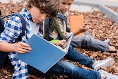 Schooljongens die boeken lezen Royalty-vrije Stock Foto's
