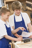 Schooljongens in houtbewerkingsklasse Royalty-vrije Stock Foto