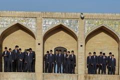Schooljongens in kostuumstribune op gebieden van Khaju-brug, Isphahan Royalty-vrije Stock Foto's