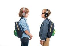 Schooljongens met rugzakken en hoofdtelefoons Royalty-vrije Stock Foto