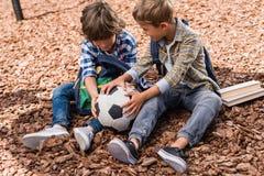 Schooljongens met voetbalbal Stock Afbeeldingen